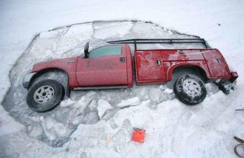 Джип ушел под лед