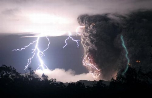 Гроза и извержение вулкана
