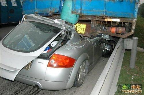 Ауди ТТ под грузовиком